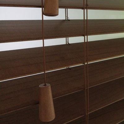 Bedienmöglichkeiten einer Holzjalousie
